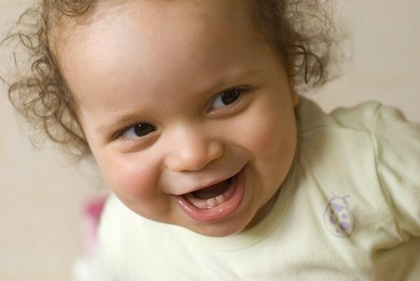 Как распознать и надо ли подрезать короткую уздечку языка у детей – видео операции