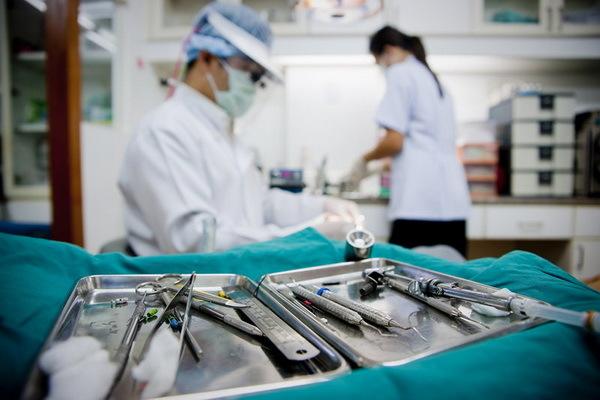 Хирургическая стоматология – какие услуги оказывает хирургия в стоматологии