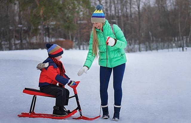 Ребенок на морозе прилип к металлу языком – первая помощь