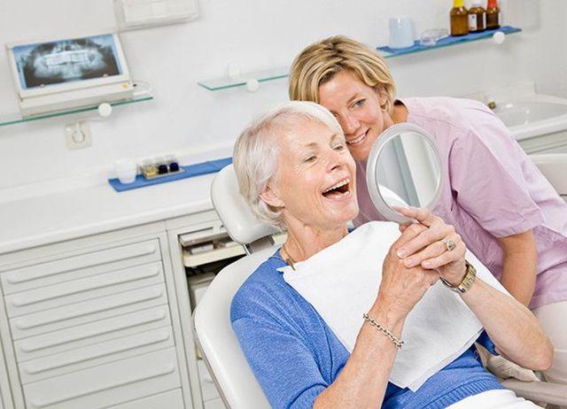Льготное и бесплатное протезирование зубов пенсионерам и другим категориям граждан – можно ли получить квоты на зубы?